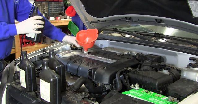 Залить новое масло (где-то 3.7 литра) в двигатель.