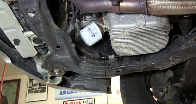 Открутить масляный фильтр, при этом побежит масло, так что лучше подставить емкость. 9/12 Снять масляный фильтр и очистить посадочное место. 10/12 Смазать уплотнительное кольцо нового масляного фильтра свежим маслом и закрутить фильтр до соприкосновения кольца с блоком цилиндров. После этого подтянуть фильтр не более чем на три четверти оборота. 11/12 Залить новое масло (где-то 3.7 литра) в двигатель. 12/12 Запустить двигатель и дать ему поработать несколько минут. Убедиться, что нет подтеков на фильтре и сливном отверстии. Проверить уровень масла по щупу и долить, если нужно. В замене масла в двигателе Хендай Элантра нет ничего сложного. Справится своими руками достаточно просто. Когда менять и какое масло заливать в Элантру Периодичность замены масла равна 15,000 км пробега или 1 году — смотря, что наступит раньше. Завод-изготовитель рекомендует менять на 20,000 км пробега, но учитывая тяжелые условия эксплуатации сокращение до 15,000 и более не повредит. Рекомендуется заливать масло Shell Helix PLUS 5W30 (550040304) или SAE 5W20. Для замены в двигателе 2.0 понадобится 4,0 литра нового масла. Как поменять масло в двигателе Элантра Желательно прогреть двигатель перед заменой, чтобы масло лучше сливалось. Но потом следует соблюдать некоторую осторожность с горячим маслом. Так же лучше поставить авто на эстакаду или подъемник. Или же поддомкратить переднюю часть машины и установить упоры. Непосредственно, как делается замена масла в двигателе (2.0) Хендай Элантра 3, покажет эта инструкция с фото. Поделиться: Инструкция полезна? Да Нет 3k Популярные инструкции по ремонту Hyundai Elantra III (XD) Hyundai Elantra III (XD) Как снять щиток приборов Hyundai Elantra? 1 июня 2014 10k 2 Hyundai Elantra III (XD) Какое масло заливать в Хендай Элантра? 30 мая 2015 7k 1 Проверка диодного моста генератора Hyundai Elantra, Sonata 2 6k 0 Замена сцепления Хендай Элантра 2 5k 0 Замена ламп ближнего света Хендай Элантра 10 4k 0 Замена свечей Хендай Элантра 9 4k 0 Все инструкции Автомоб