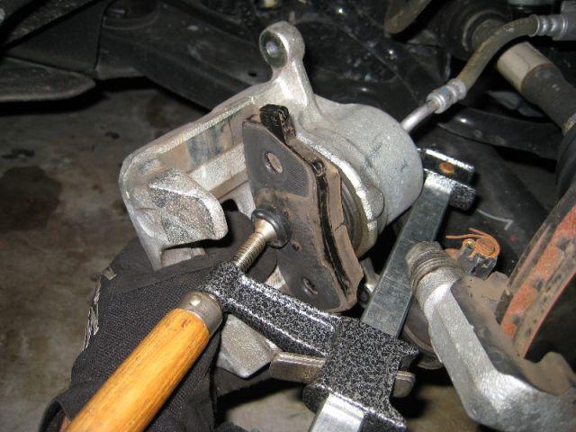 Вжать поршень тормозного цилиндра.