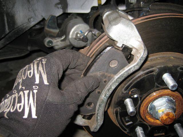 Установить новые тормозные колодки.